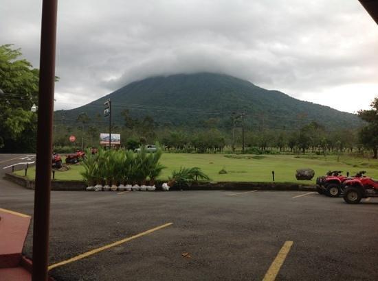 HOTEL LA PRADERA: hotel frente al volcan arenal