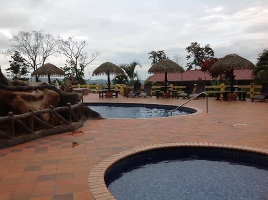 Hotel La Pradera: area de piscinas
