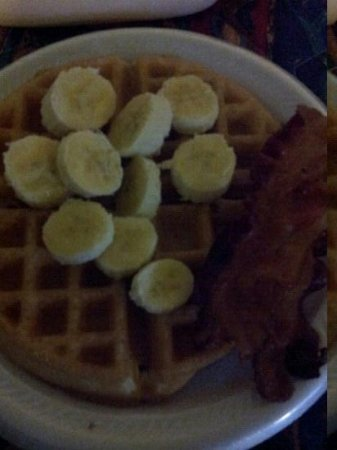 Econo Lodge Old Town : hot breakfast. fresh fruit waffle and side of bacon yum !
