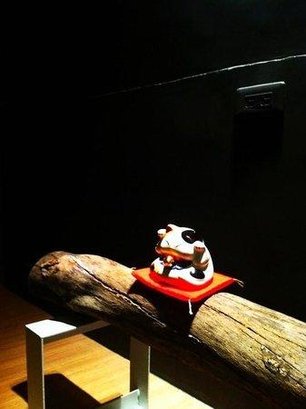 Bucci Hostel: 漂流木上的招財貓