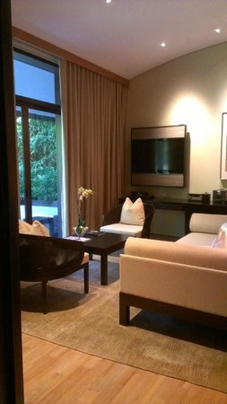 Capella Singapore: Living area of the Garden Villa