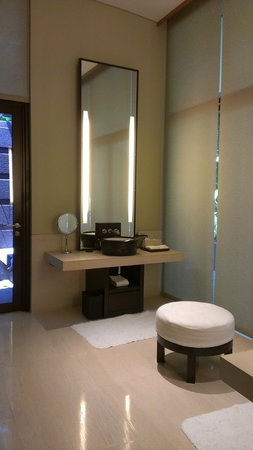 Capella Singapore: Bathroom with Vanity