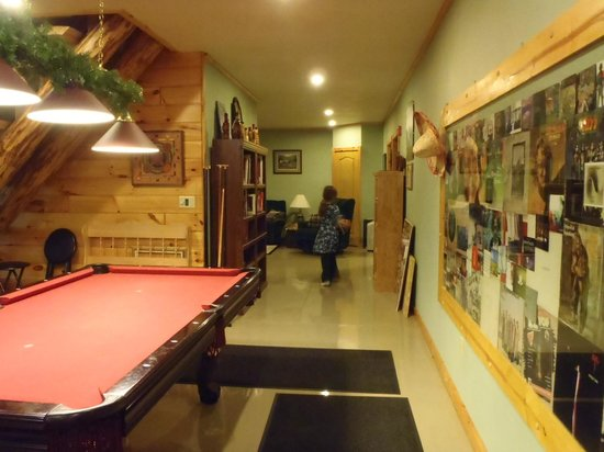 Kettle Creek Adventures Lodge and B&B: pool table/living area