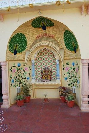 Hotel Utsav Niwas : ganesh ji statue outside