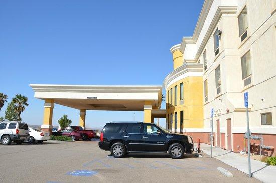 Comfort Suites Barstow: Parking area