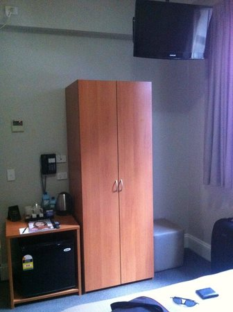 Pensione Hotel Sydney - by 8Hotels : Wardrobe, TV