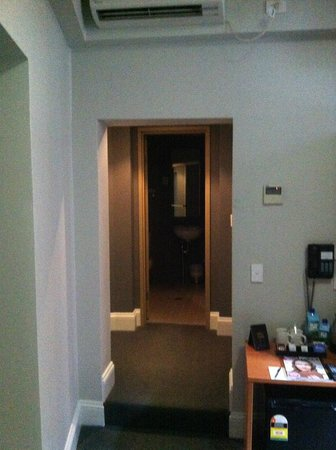 Pensione Hotel Sydney - by 8Hotels: Looking from the bed toward the bathroom