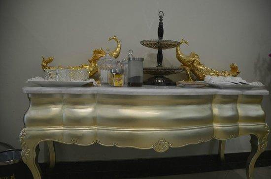 LK The Empress: столик для принадлежностей для чая и кофе в холле