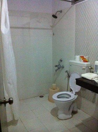 ยูโรสตาร์ อินน์: deluxe room bathroom. not great, not bad.