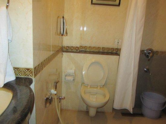 Hotel NKM's Grand: Bathroom/ shower