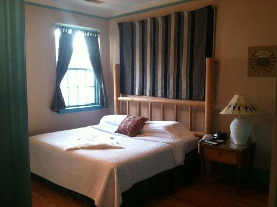 Front Street Inn: bedroom