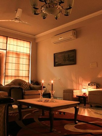 SABS Homestay: WELL LIT AND AIRY LOUNG AND LIVING AREA