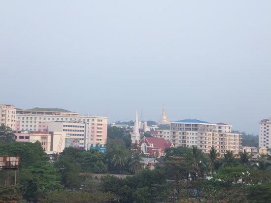 Panorama Hotel: Shwedagon Paya (Pagoda) from the room