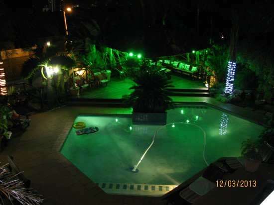 La Loggia B&B and Gateway Apartments: View of Pool Area at Night