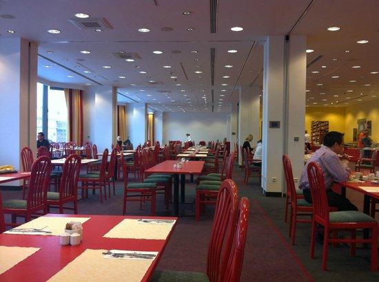 Vienna House Diplomat Prague: sala colazione ,,, molto grande