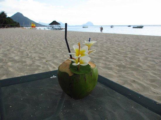 La Pirogue Resort & Spa: Beach and cocktail! :)