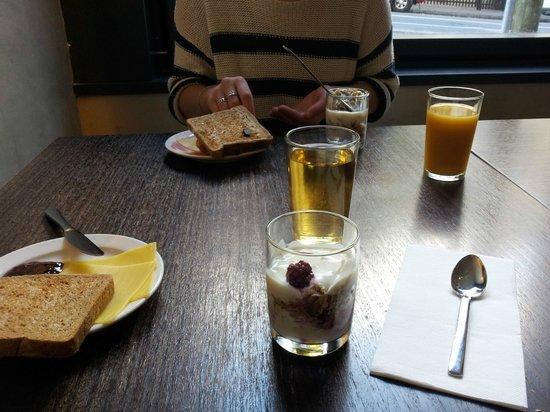 Cambridge Hotel Sydney: Lite av vad som fanns på den enklare frukostbuffén, juice, yoghurtkompotter och toast