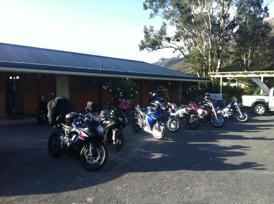 Kookaburra Motor Lodge : Hotel rooms and our bikes