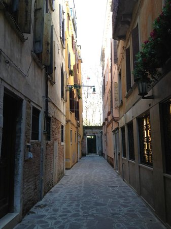 Hotel Caprera: hotel is located in a alley, clean & quiet.