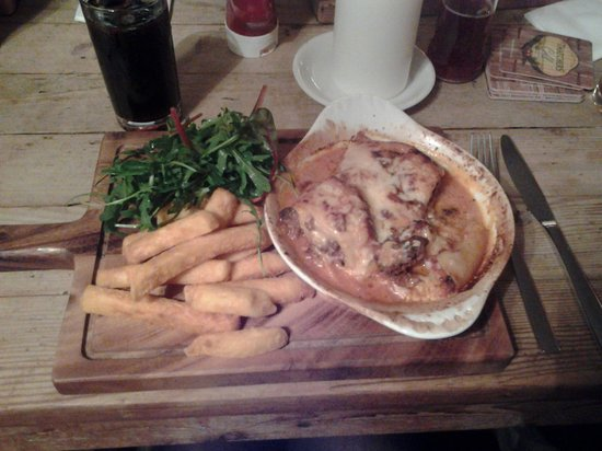 The Bell Inn: Delicious lasagne (I asked for chips instead of garlic bread as on the menu) definately worth a