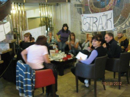 Royal Hotel: Personal en huelga en el area de recepcion