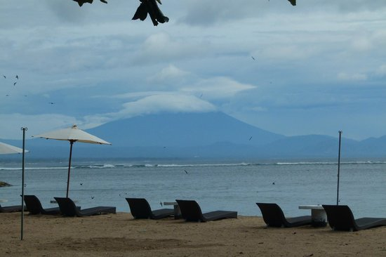 โรงแรมลากาวา บีช อินน์: View on the Gunung Agung, the most sacred Balinese volcano, from the hotel beach