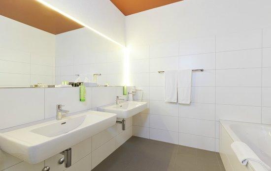 SwissEver Hotel Zug: Einfach riesig sowie badewanne als auch Dusche im Bad!