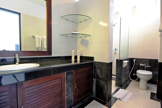 The Radiant Hotel and Spa & Airy: Deluxe bathroom