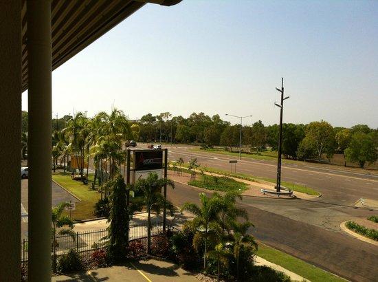 Quality Hotel Darwin Airport: Blick vom Zimmer auf den Highway