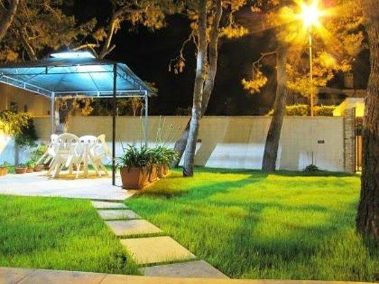 B&B Arcobalento: Il giardino di sera