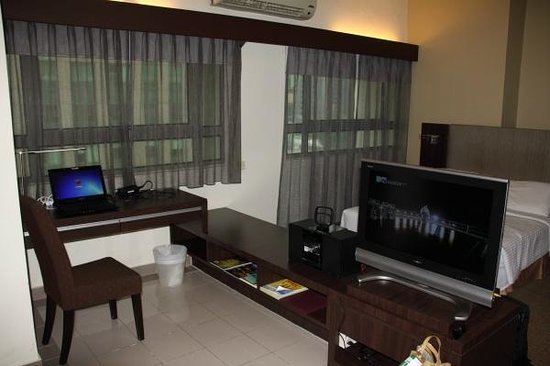 Crown Regency Serviced Suites: Living room