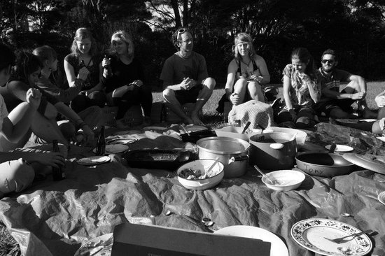 Fat Cat Eco Backpackers: Picnic in the garden