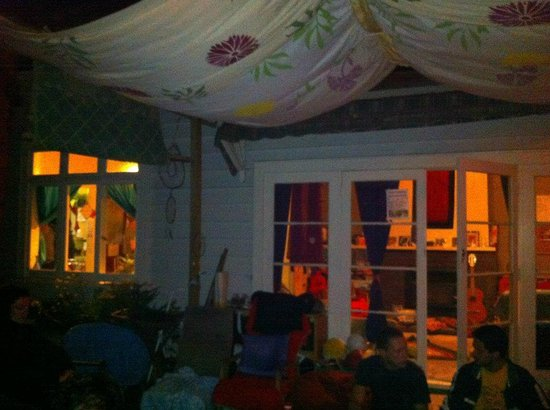 Fat Cat Eco Backpackers : The deck at night
