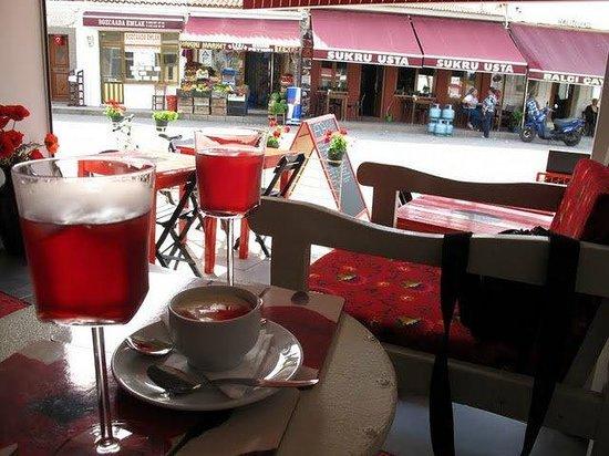 Ada Cafe: Doğal Gelincik Şerbeti ve Gelincikli Muhallebi mükemmel ikili