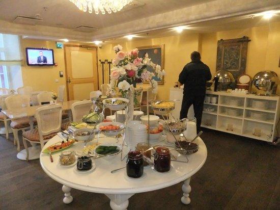 Meriton Old Town Garden Hotel: Сервировка завтрака