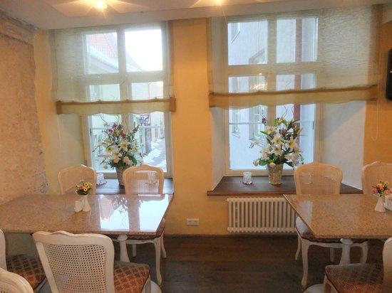 Meriton Old Town Garden Hotel: Композиции на окнах в зоне завтрака