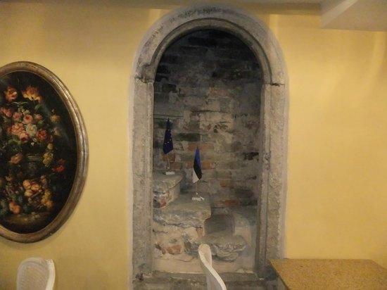 Meriton Old Town Garden Hotel: Сохранившиеся элементы кладки стены и ступени
