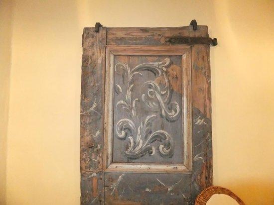 Meriton Old Town Garden Hotel: Старинная дверь