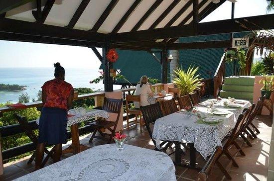 Mango Lodge: Terrasse (petits-déjeuners)