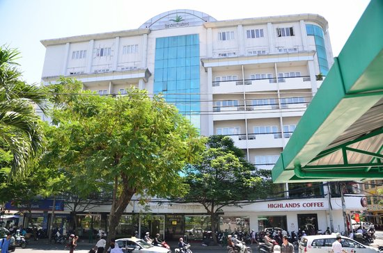 Liberty Hotel Saigon Greenview : Hotellet set fra gaden