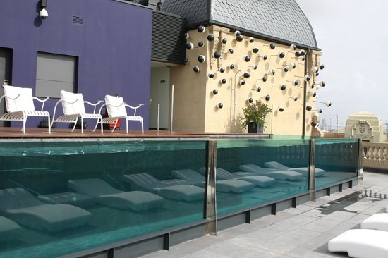 Hotel Ohla Barcelona: бассейн на крыше