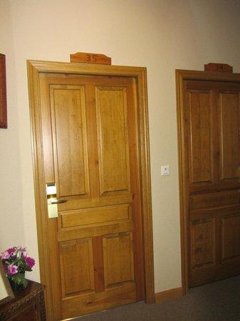 Aparthotel El Reyno: puerta habitación