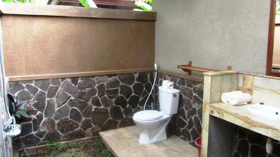 Suka Sari Cottages & Warung: Bathroom