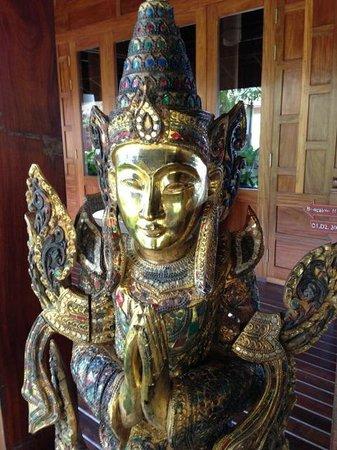 Amara Ocean Resort: Statue by the restaurant