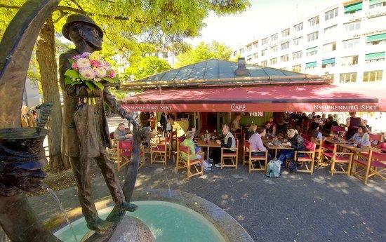 Cafe Nymphenburg: Sonnenterrasse am Karl-Valentin-Brunnen