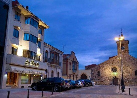 La Peseta Restaurante Hotel: Plaza de San Bartolome- fachada de La Peseta