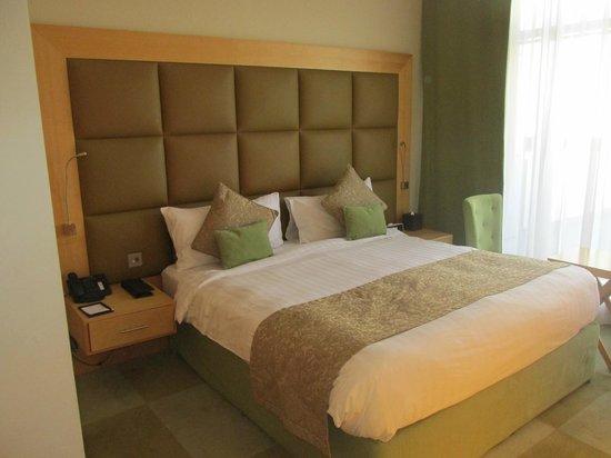 Raintree Hotel, Deira City Centre: La habitación, muy amplia, con todas las comodidades y con un gran balcón
