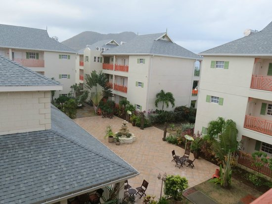 ‪‪Bay Gardens Beach Resort‬: view of inner courtyard from our door‬