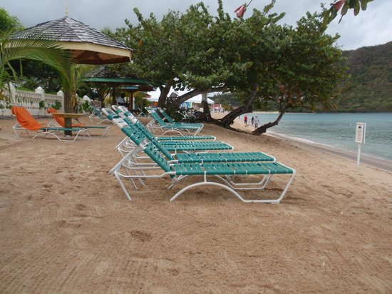 Bay Gardens Beach Resort: beach had plenty of shade and lounge chairs