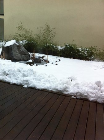 Balneolum Hotel: View from Dining room - Japanese Garden (with snow)